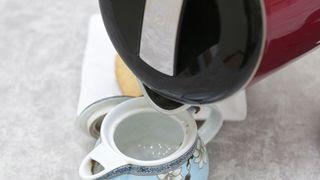 Mẹo dùng bình đun siêu tốc tiết kiệm điện