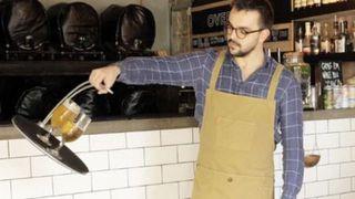 Chiếc khay này sẽ giúp bạn bưng bê cafe bằng 1 tay mà không bao giờ làm rơi vỡ cốc hay khiến nước sánh ra ngoài