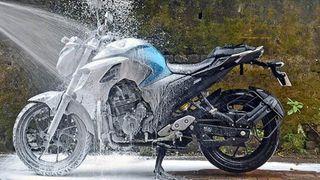 Bộ dụng cụ rửa xe máy tại nhà giúp rửa nhanh và sạch gồm những gì?