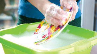 Những thói quen sai lầm chị em cần bỏ ngay khi rửa chén để bảo vệ sức khoẻ
