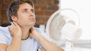 Vì sao bạn càng dùng quạt càng nóng trong ngày hè