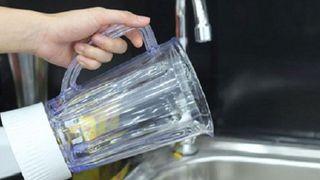 Vì sao không nên dùng nước nóng để vệ sinh cối máy xay sinh tố?