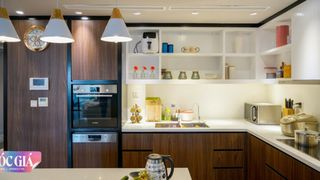 """Căn bếp ấn tượng với gam màu đối lập của chủ nhà """"chịu chi"""" có phí hoàn thiện lên đến 250 triệu đồng ở Hà Nội"""