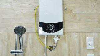 Trên tay máy nước nóng trực tiếp Ariston SMC45PE-VN: bơm chạy êm, chống bỏng thông minh