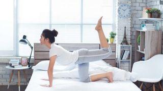 10 bài tập thể dục trên giường bạn có thể thực hiện mỗi sáng