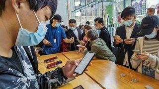 Chứng kiến doanh số iPhone lập kỷ lục, dân mạng Trung Quốc lại cãi nhau về 'lòng yêu nước'