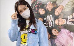 """Đụng áo cardigan 57 triệu đồng: Yoona """"bánh bèo"""" khi mix váy, Sooyoung đơn giản mà trẻ trung"""