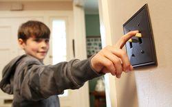 Khi đi du lịch dài ngày, cần bảo vệ đồ điện tử ở nhà thế nào cho an toàn, tiết kiệm điện?